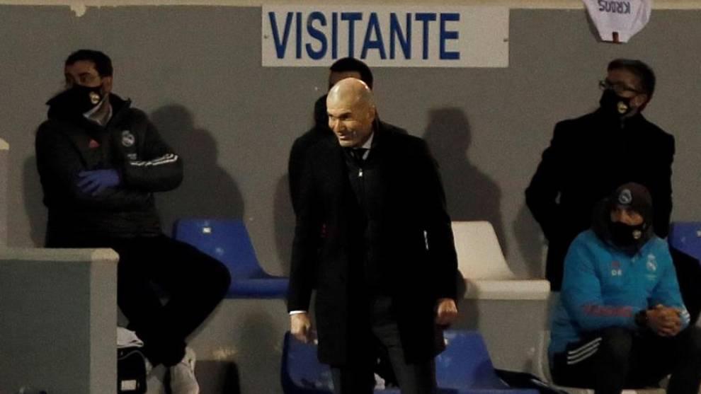 Zidane, en el banquillo de El Collao ante el Alcoyano.