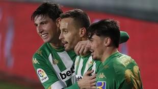 Los jugadores del Betis felicitan a Canales tras su segundo gol.