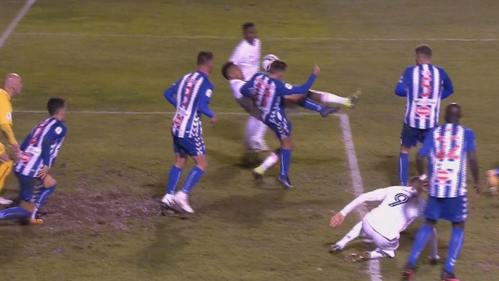 Imagen de la jugada polémica, Ángel golpeando a Militao en el área