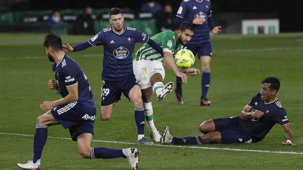 Fekir remata entre tres jugadores del Celta.