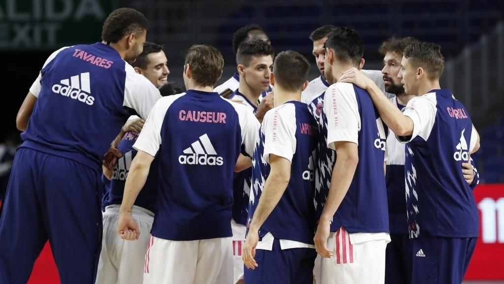 Los jugadores del Real Madrid hacen una piña antes de un encuentro.
