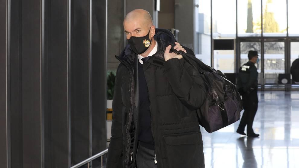 Zinedine Zidane abandona las instalaciones de un hotel