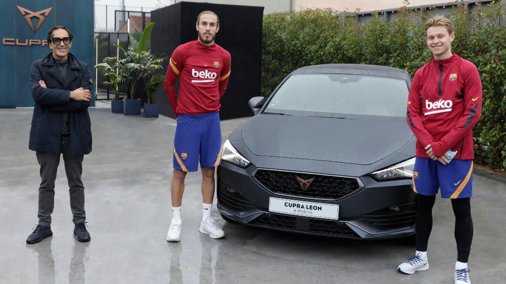 Mingueza y De Jong posan con el nuevo Cupra León e-Hybrid.
