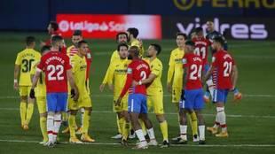 Los jugadores del Villarreal y el Granada, durante una tangana.