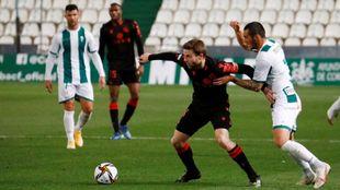 Illarramendi protege un balón, en el partido contra el Córdoba.