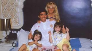 Diego Armando Maradona, junto a Claudia Villafañe y sus dos hijas,...
