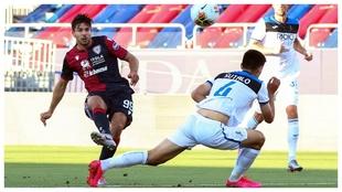 Giovanni Simeone dispara a puerta en el partido contra la Atalanta.