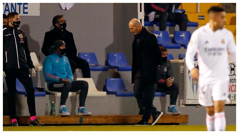 Zidane, cabizbajo, durante el partido ante el Alcoyano.