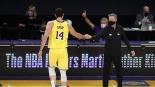 Kerr y Marc Gasol se saludan en la reciente victorias de los Warriors...