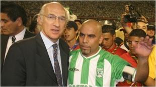 Carlos Bianchi y Mauricio Serna, durante un partido homenaje.