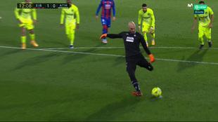 Dmitrovic lanza el penalti que cometió Carrasco.
