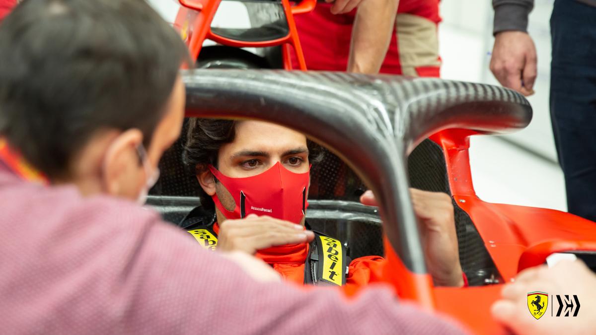 /figure Esto lo comentó con sus fans, en las redes, strongy Ferrari recogió uno de los guantes, el del nombred el coche, como hacía Vettel, para hacer una encuesta urgente entre los tifosi. Salió de todo: Carleta, Chilly, Matador, Smooth Operator../strong..