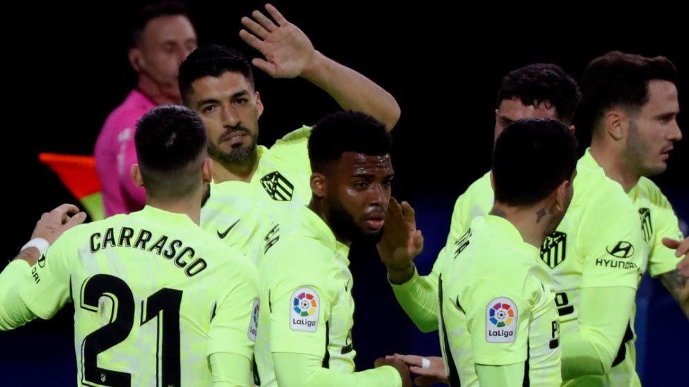 Suárez hace al Atleti más líder con polémica