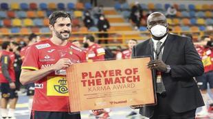 Raúl Entrerríos sonríe mientras recibe el premio de MVP del partido...