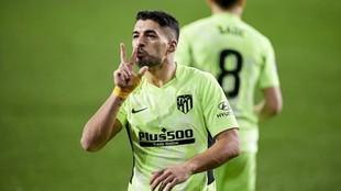 Luis Suárez celebra uno de los dos tantos que marcó.