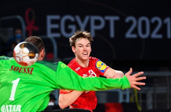 El danés Gildsen lanza sobre la portería de Qatar /