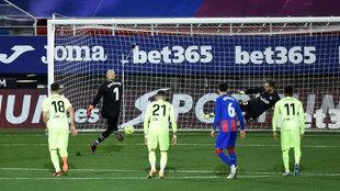 Dmitrovic engaña a Oblak y marca de penalti.