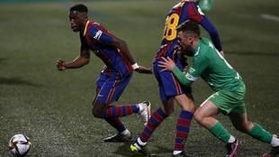 Ilaix Moriba se lleva un balón en el partido de Copa frente al...
