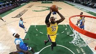 LeBron James se dispone a hacer un mate en el partido ante los Bucks.