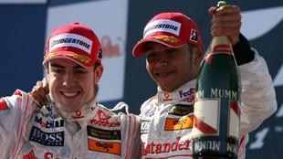 Fernando Alonso y Lewis Hamilton, en un podio en 2007.