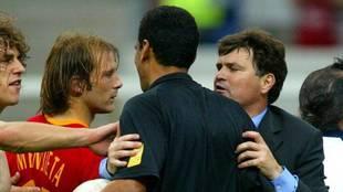 José Antonio Camacho, Puyol y Mendieta rodean al árbitro Al...