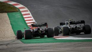 Verstappen, luchando con los Mercedes de Hamilton y Bottas en...