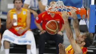 Rudy Fernández hace un mate en un partido de la selección española.