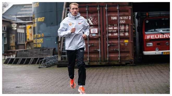Björn Koreman con la ropa de su nuevo equipo.