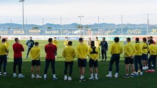 Unai Emery hablando con su equipo antes de un entrenamiento.