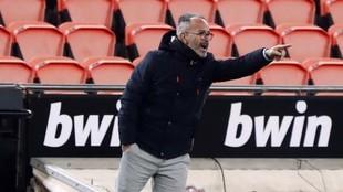 Cervera da una indicación durante el partido del Cádiz ante el...