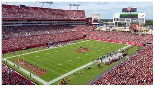 Imagen del Raymond James Stadium de Tampa durante un partido de los...