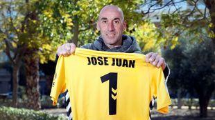 José Juan, portero del Alcoyano, posa con su camiseta el día...