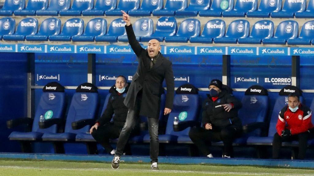 Abelardo da una indicación en un partido del Alavés.