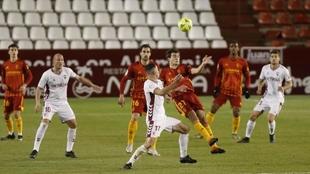 Karim Azamoum y Francho luchan por el balón aéreo ante la presencia...