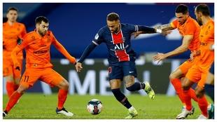 Neymar trata de zafarse de hasta cuatro jugadores del Montpellier.
