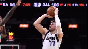 Luka Doncic lanza por encima de un defensor de los San Antonio Spurs