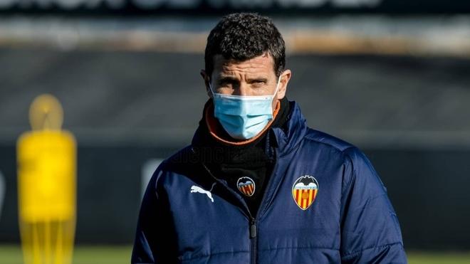 Javi Gracia durante un entrenamiento del Valencia.