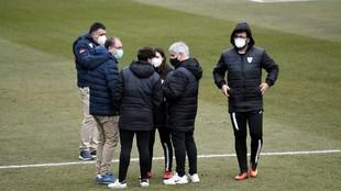 El cuerpo técnico del Real Madrid y el EDF Logroño conversan en el...