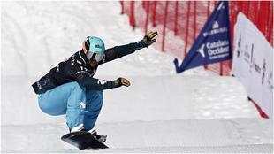 Lucas Eguíbar, en la prueba de la Copa del Mundo de snowboard cross...