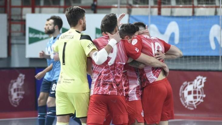 Los jugadores de ElPozo se abrazan en el partido ante Movistar Inter.