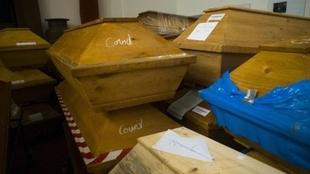 Ataúdes amontonados en un crematorio de Alemania.