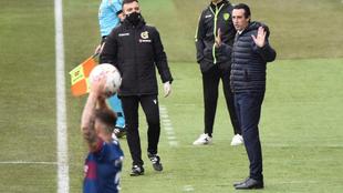 Emery gesticula durante el partido de El Alcoraz.