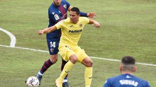 Bacca remata de rabona ante el Huesca.