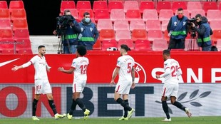 Los jugadores del Sevilla felicitan a En-Nesyri.