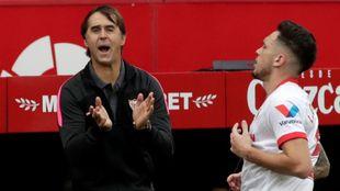 Lopetegui (54) anima a sus jugadores delante de Ocampos (26) en el...
