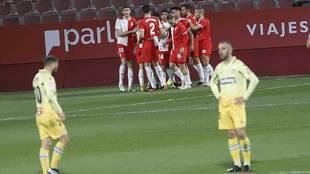 Los jugadores del Girona celebran el gol ante la decepción de Keidi...