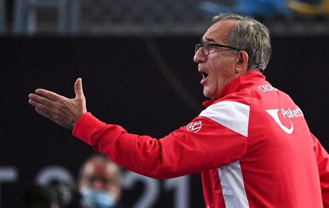 El seleccionador croata, Lino Cervar, durante el partido contra...