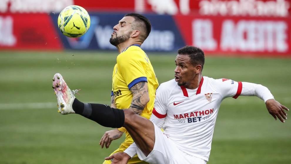 Álvaro Negredo pelea por un balón con Fernando.