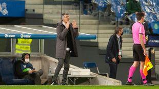 Imanol da una consigna durante el partido contra el Betis.