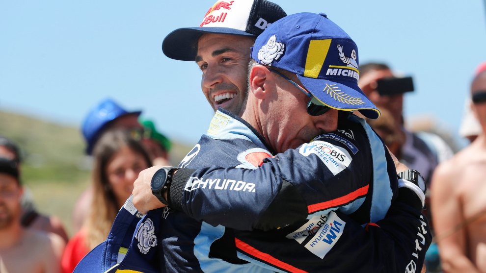 Sordo y Del Barrio se abrazan tras la victoria en el Rally de Cerdeña...